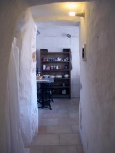 interno trulli passaggio in cucina